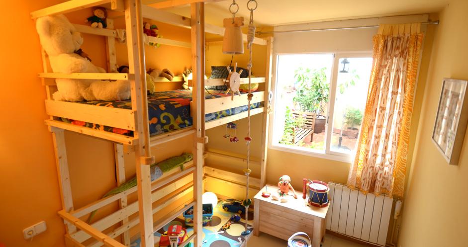 Hohes Einzelbett mit Seil, Treppe, Lenkrad und Glocke